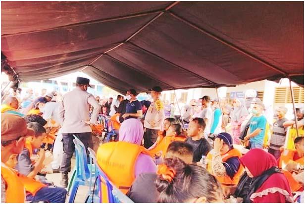 Penumpang KM Karya Indah di evakuasi ditempat penampungan.